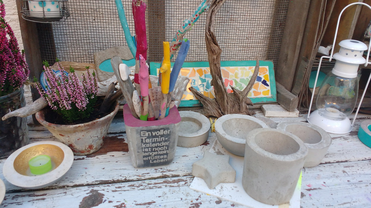 Farben und Treibholz im Atelier von entdeckungsarten